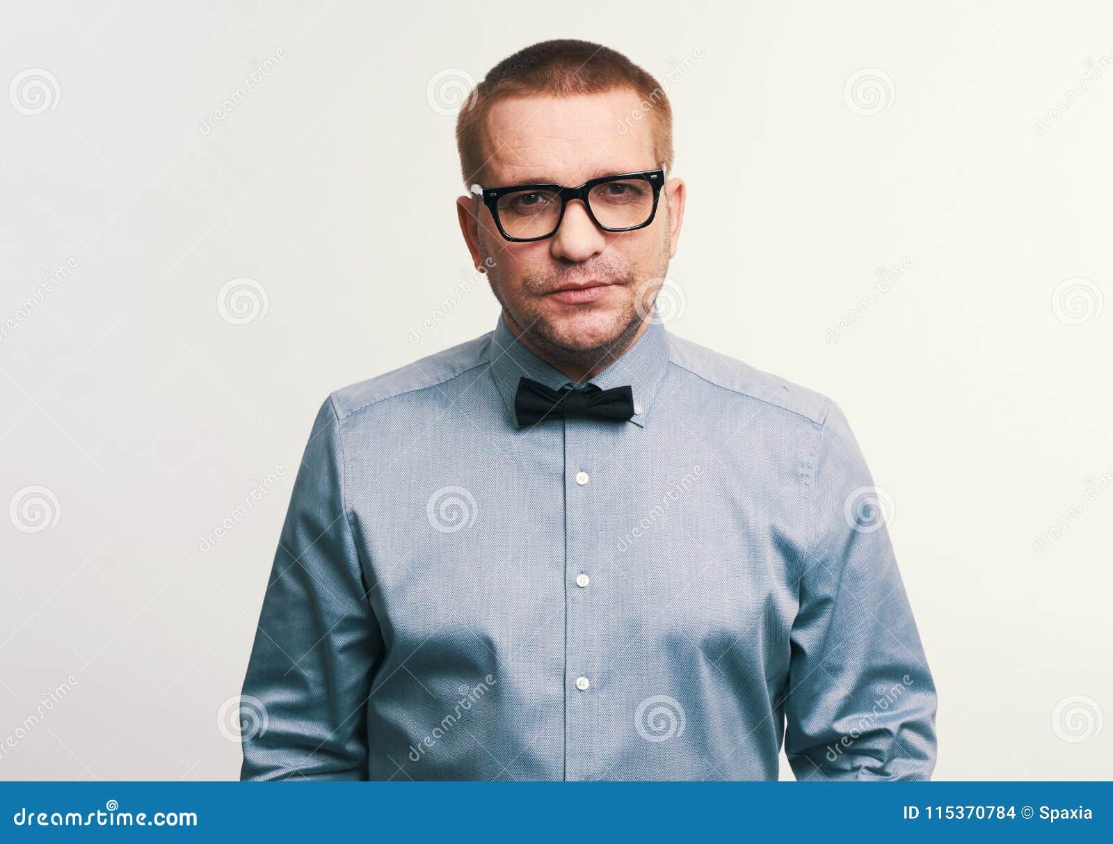 Espetáculos vestindo e laço do homem considerável
