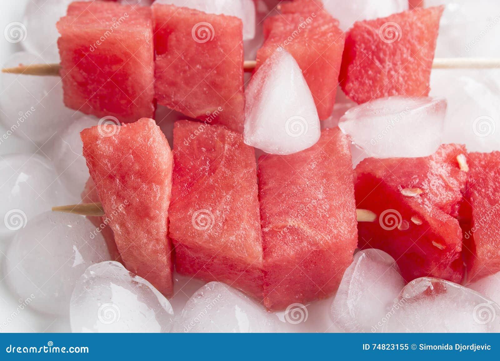 Espetos de refrescamento da melancia com gelo