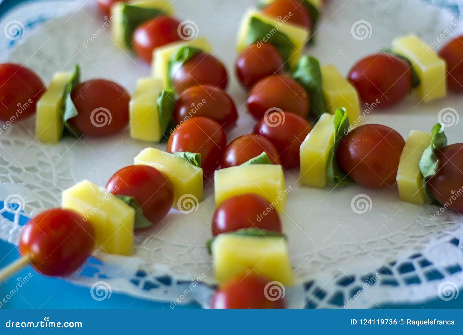 Espetos do queijo e do tomate