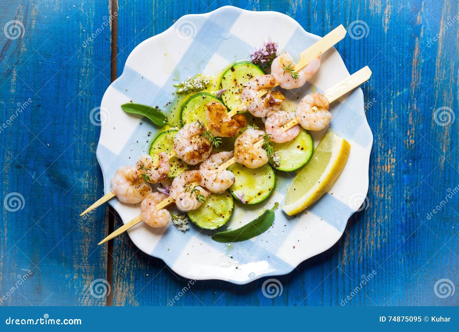 Espetos dos camarões com abobrinha