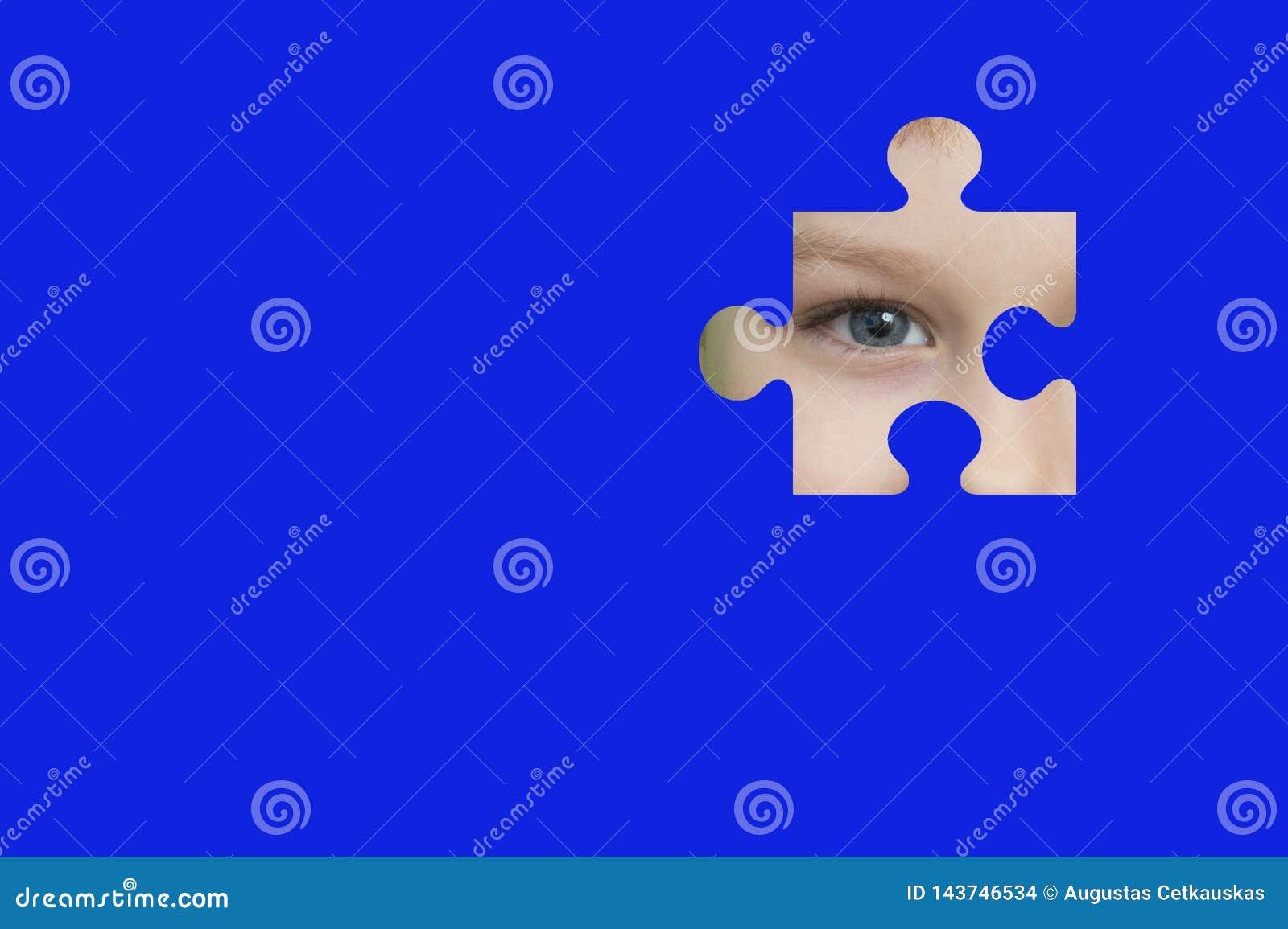 Espions d enfant par un puzzle bleu Symbole de conscience d autisme
