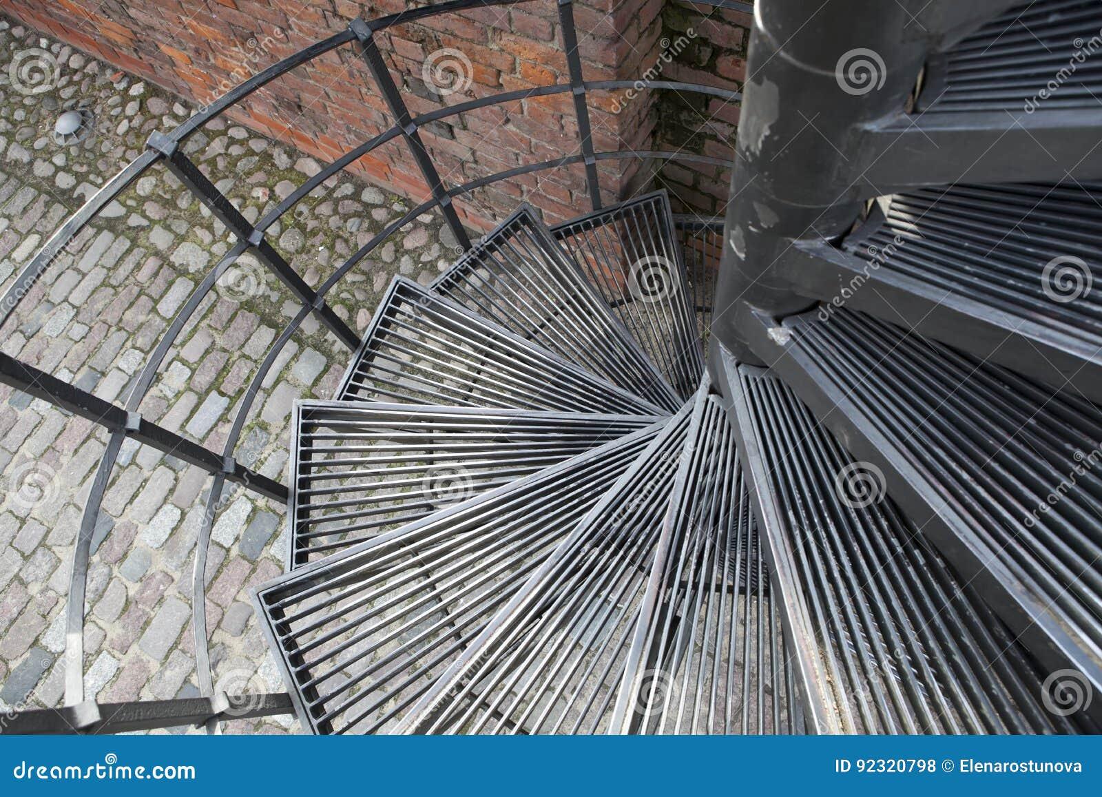espiral hacia abajo escalera espiral en ciudad vieja en varsovia polonia foto de archivo
