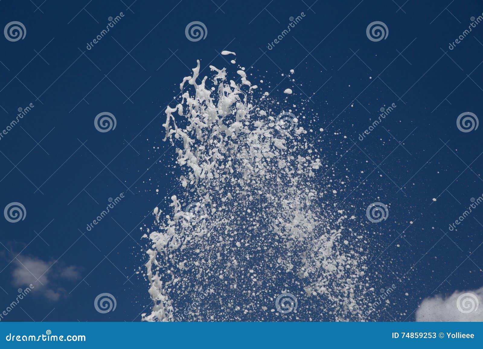 Espirrando córregos da água