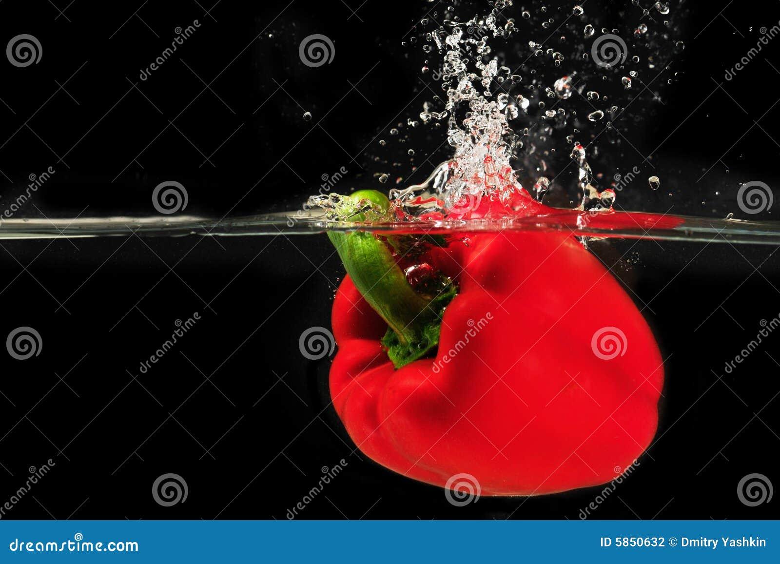 Espirrando o peper em uma água