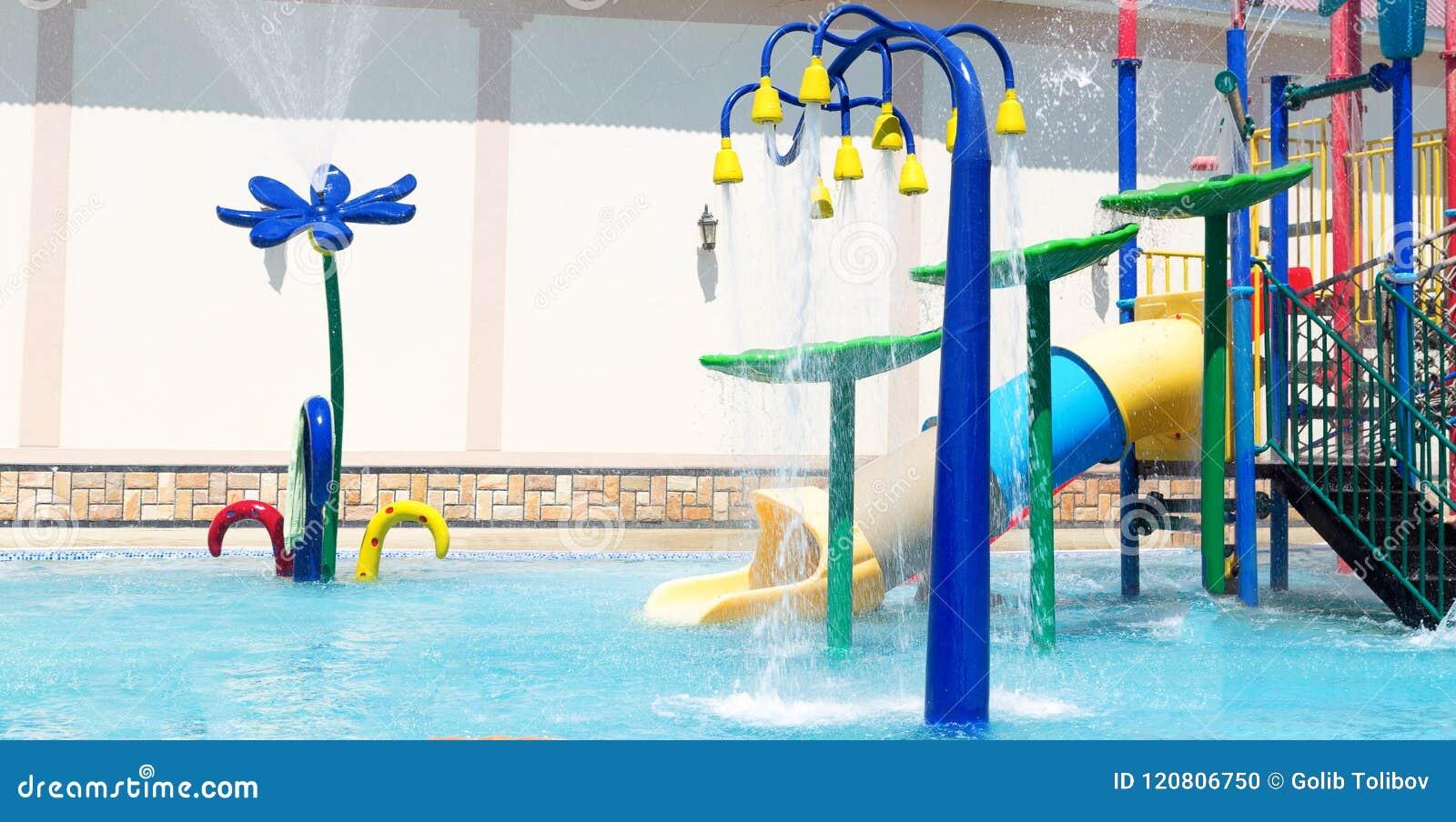 Espirre a almofada ou o sprayground no parque para crianças, conceito da água da associação do fundo da atividade das crianças