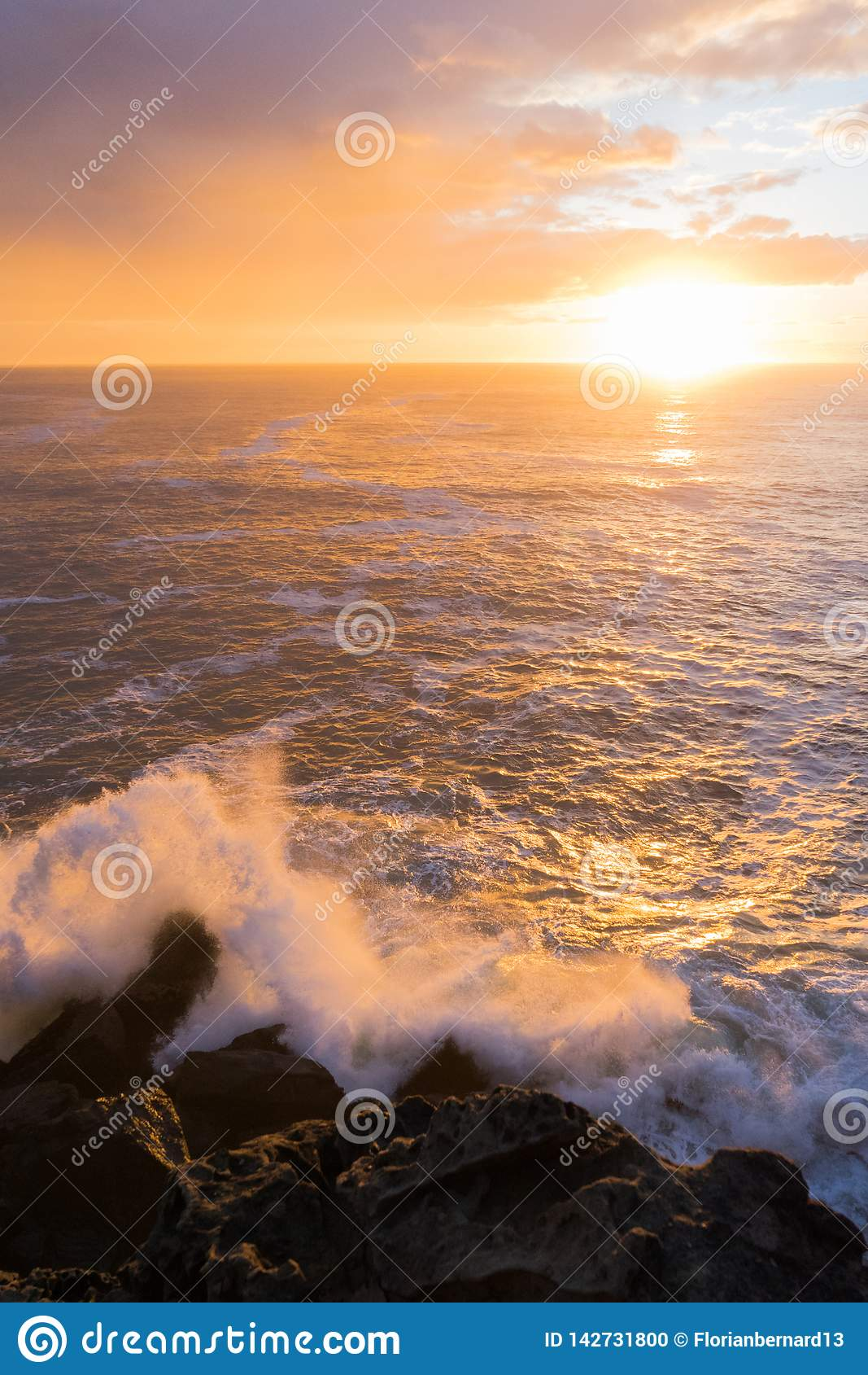 Espirro e por do sol das ondas