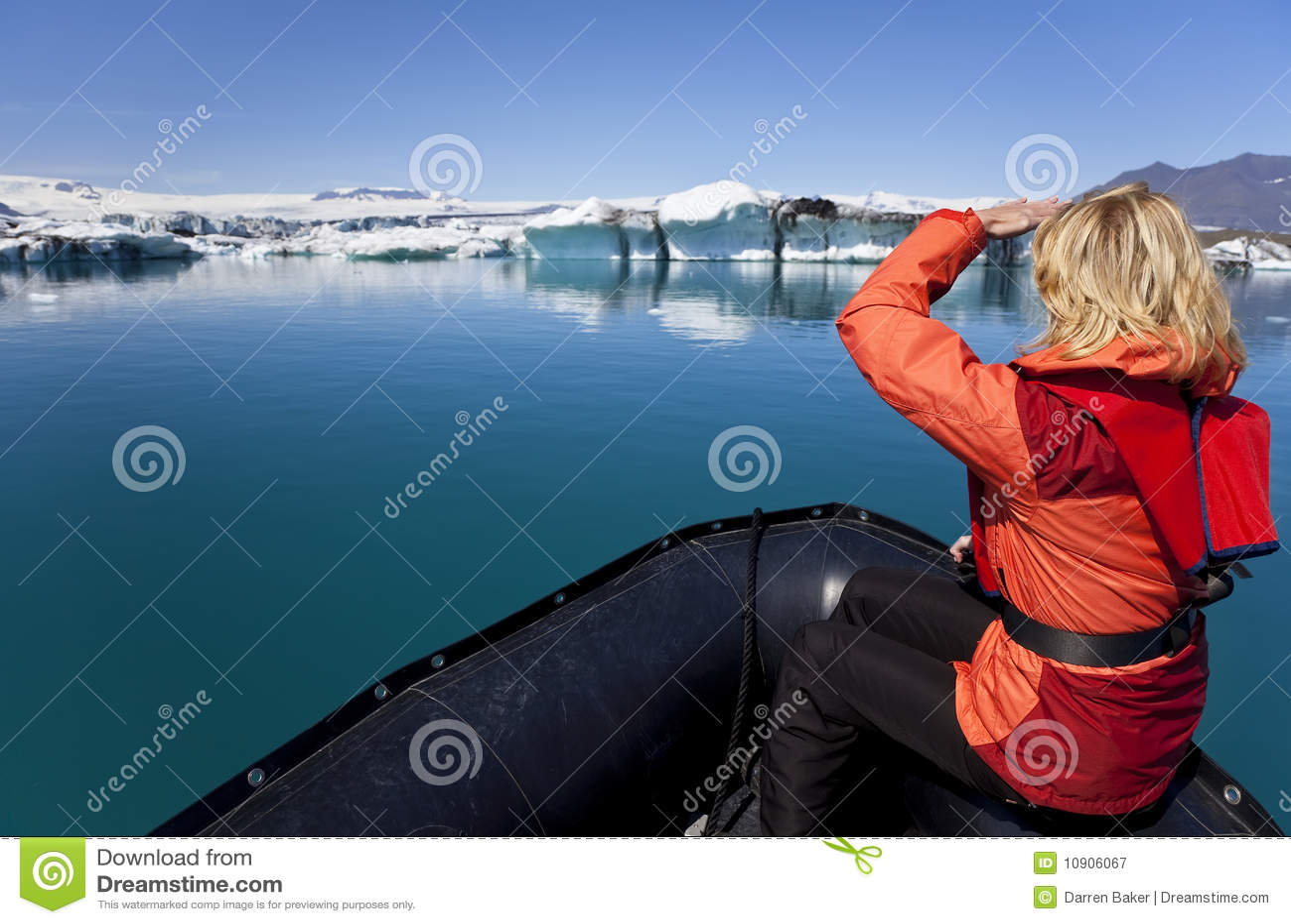 Esploratore della donna nel giacimento dell iceberg, Islanda