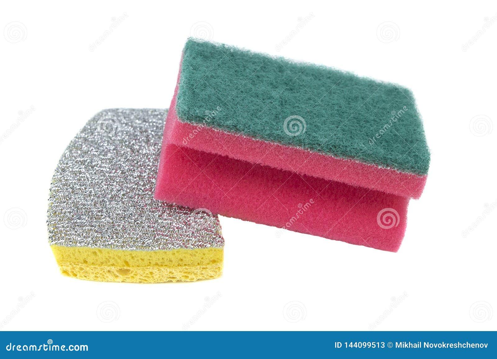 Esponjas novas para lavar dos mercadorias isolados em um fundo branco