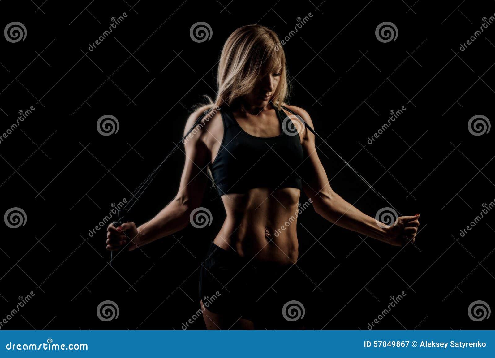 Esporte, atividade Mulher bonito com corda de salto