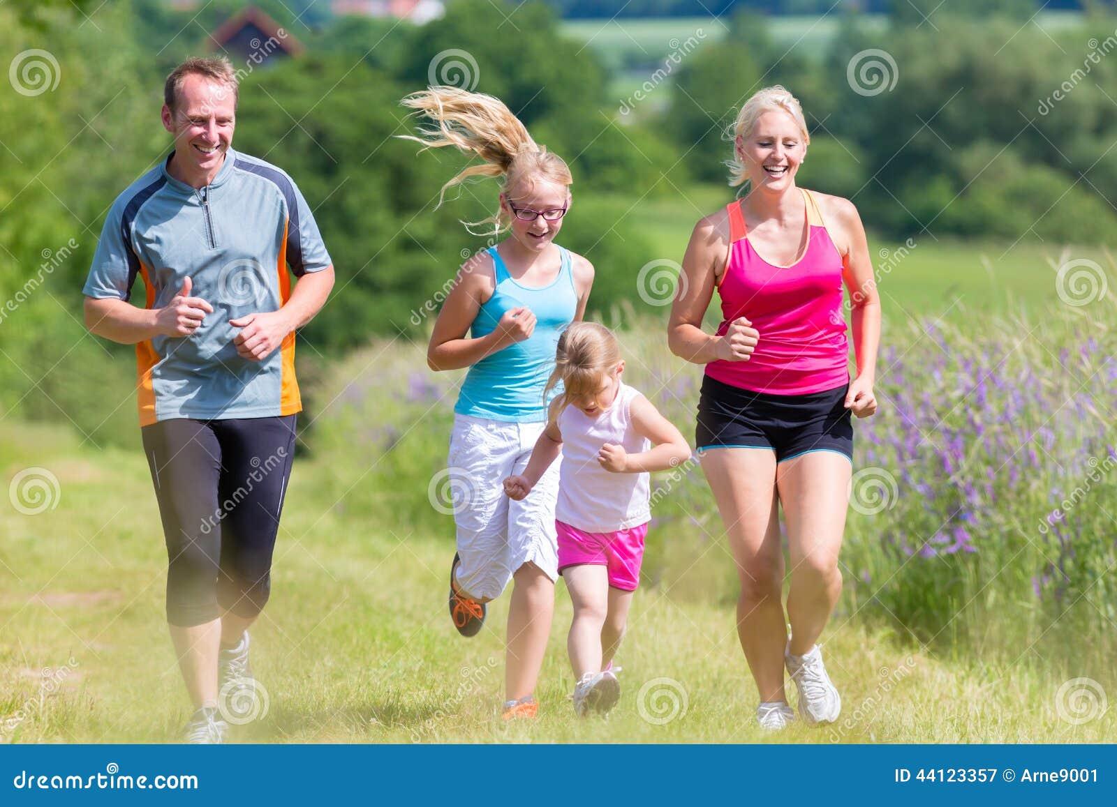 Esporte da família que corre através do campo