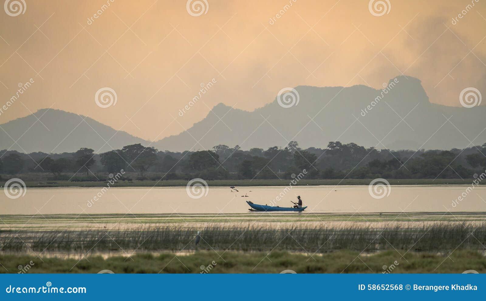 Esporte de barco do pescador na lagoa da baía de Arugam, Sri Lanka