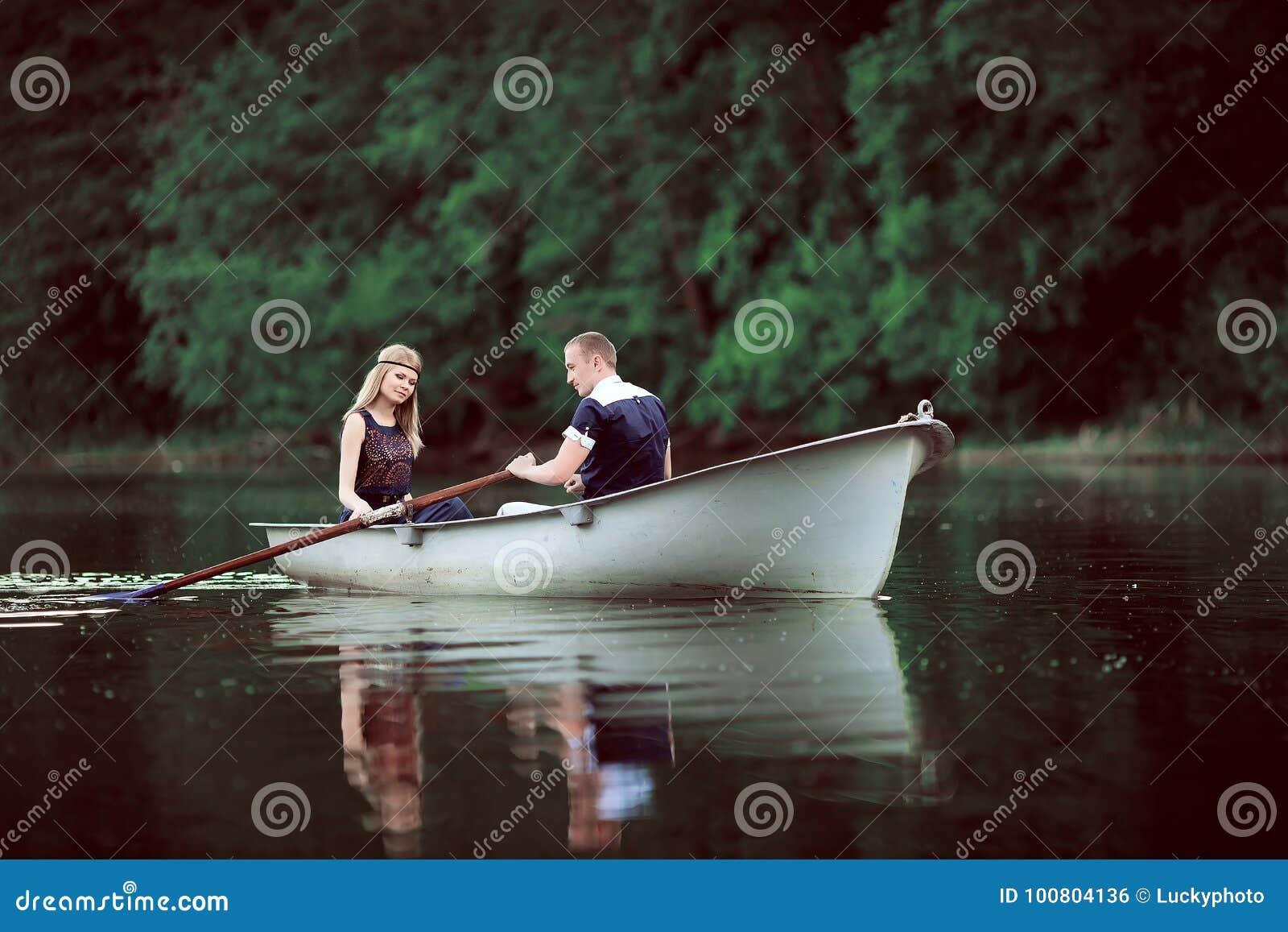 Esporte de barco macio dos pares no rio
