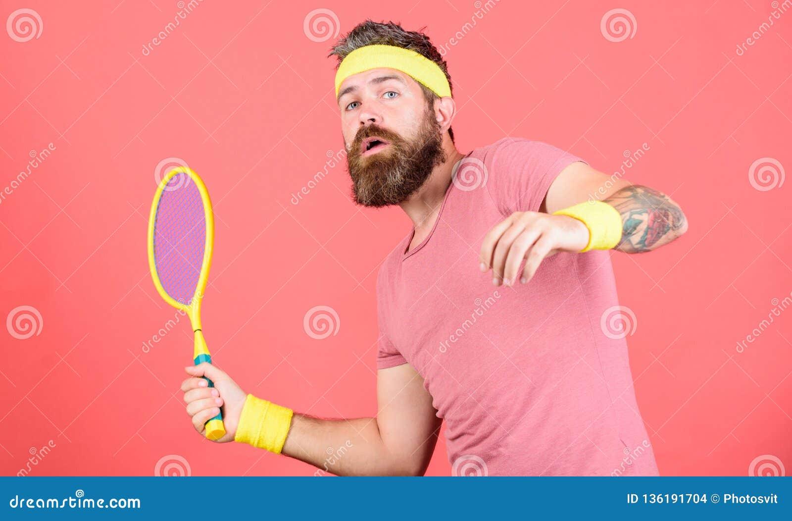 Esporte e entretenimento do tênis Fundo vermelho da raquete de tênis da posse do moderno do atleta à disposição Desgaste farpado
