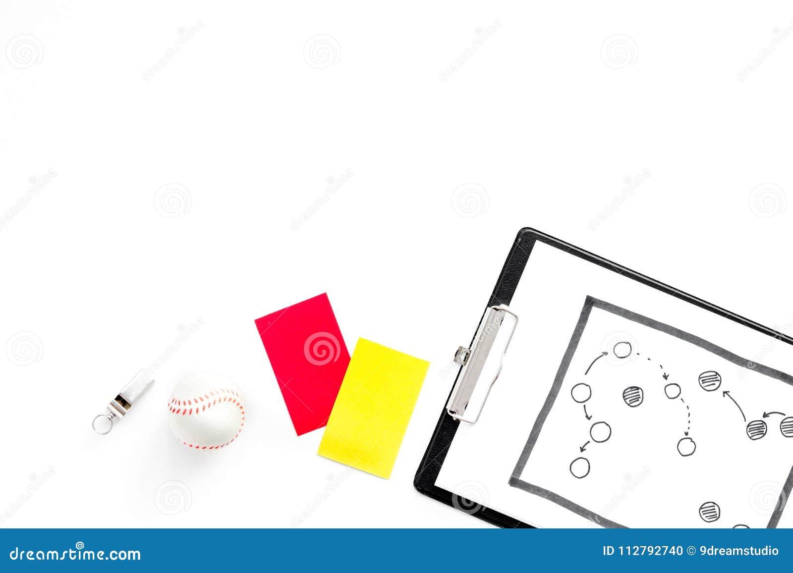Esporte que julga o conceito Árbitro do futebol Plano da tática para os cartões do jogo, da bola, os vermelhos e os amarelos, ass