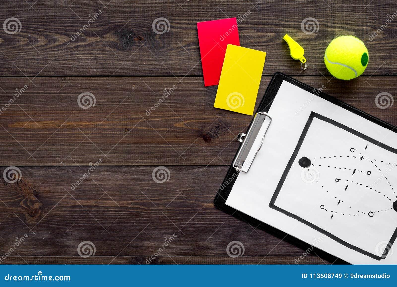 Esporte que julga o conceito Árbitro do tênis Plano da tática para os cartões do jogo, de bola de tênis, os vermelhos e os amarel