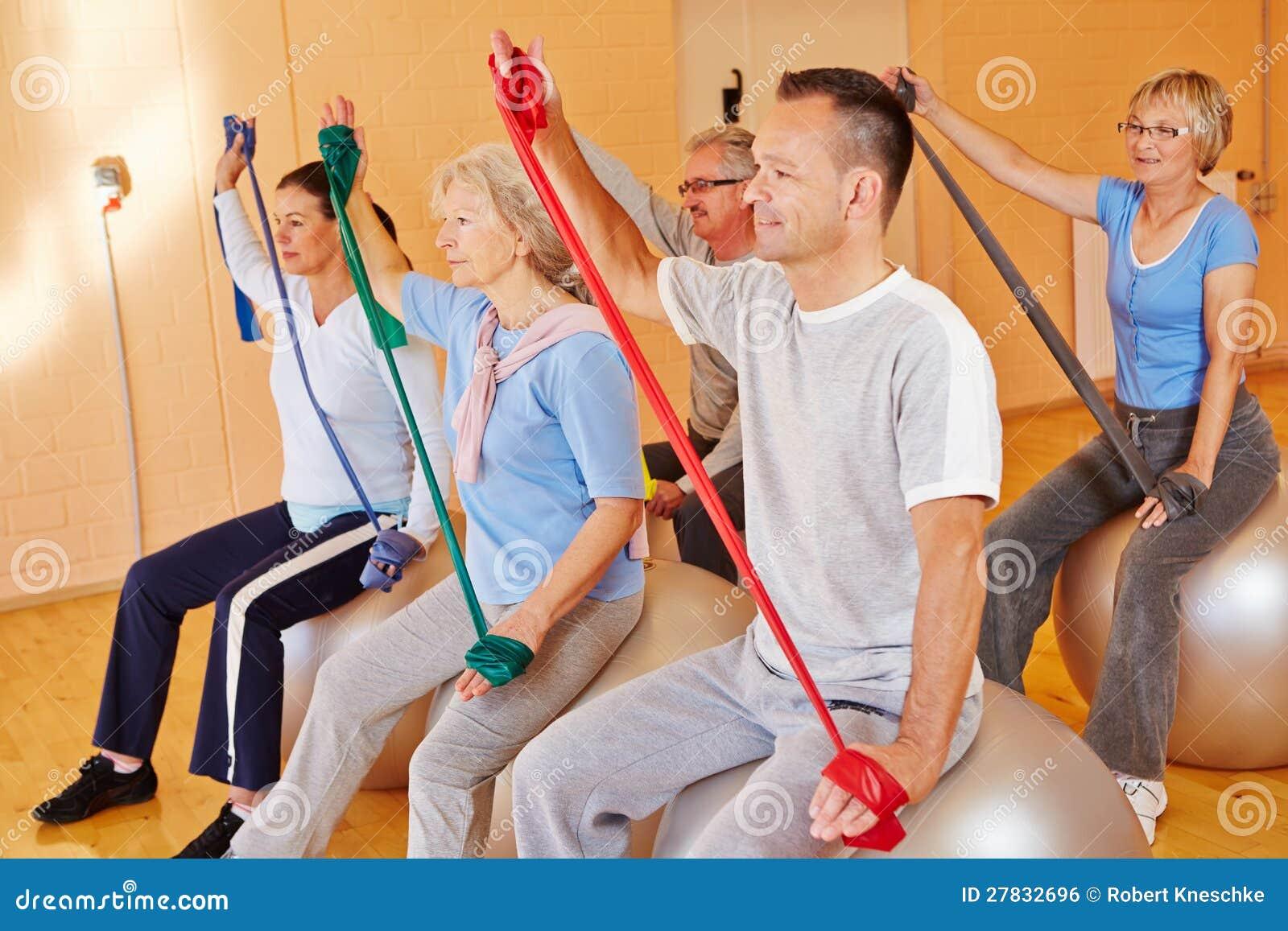 Esportes sênior com faixa do exercício