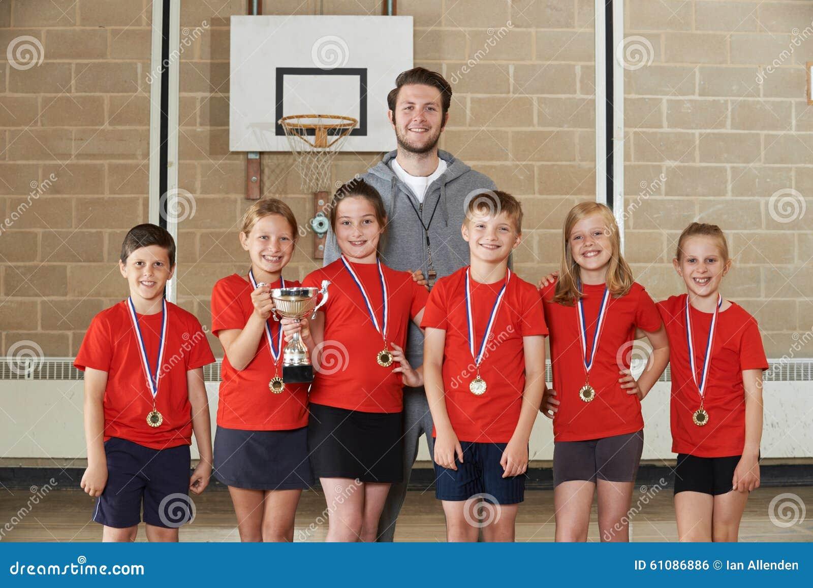 Esportes vitoriosos Team With Medals And Trophy da escola no Gym