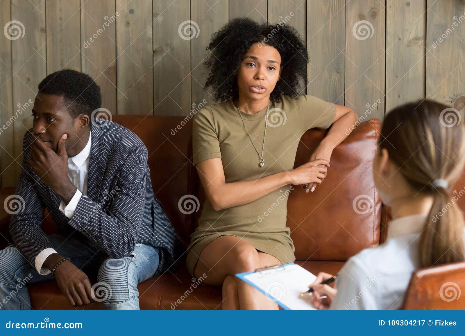 Esposa frustrante africana que fala ao psicólogo, união da família