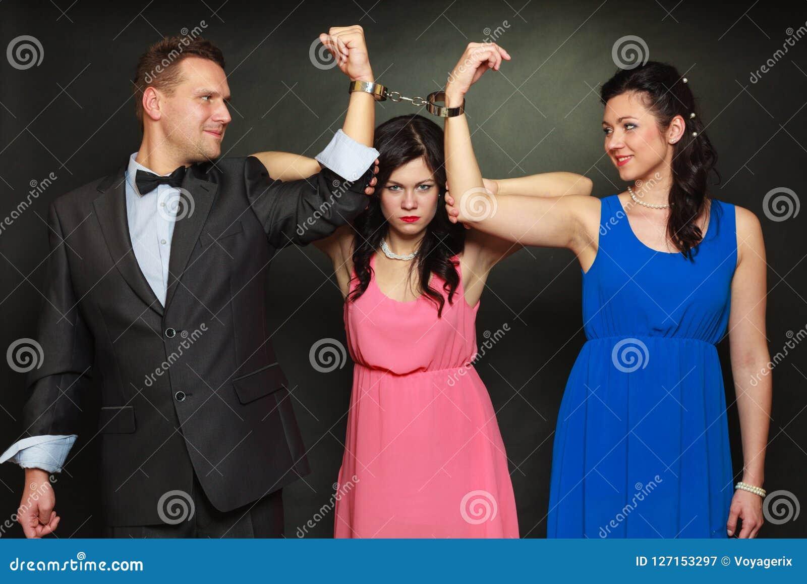 Esposa y marido en la mujer de las esposas que se coloca detrás