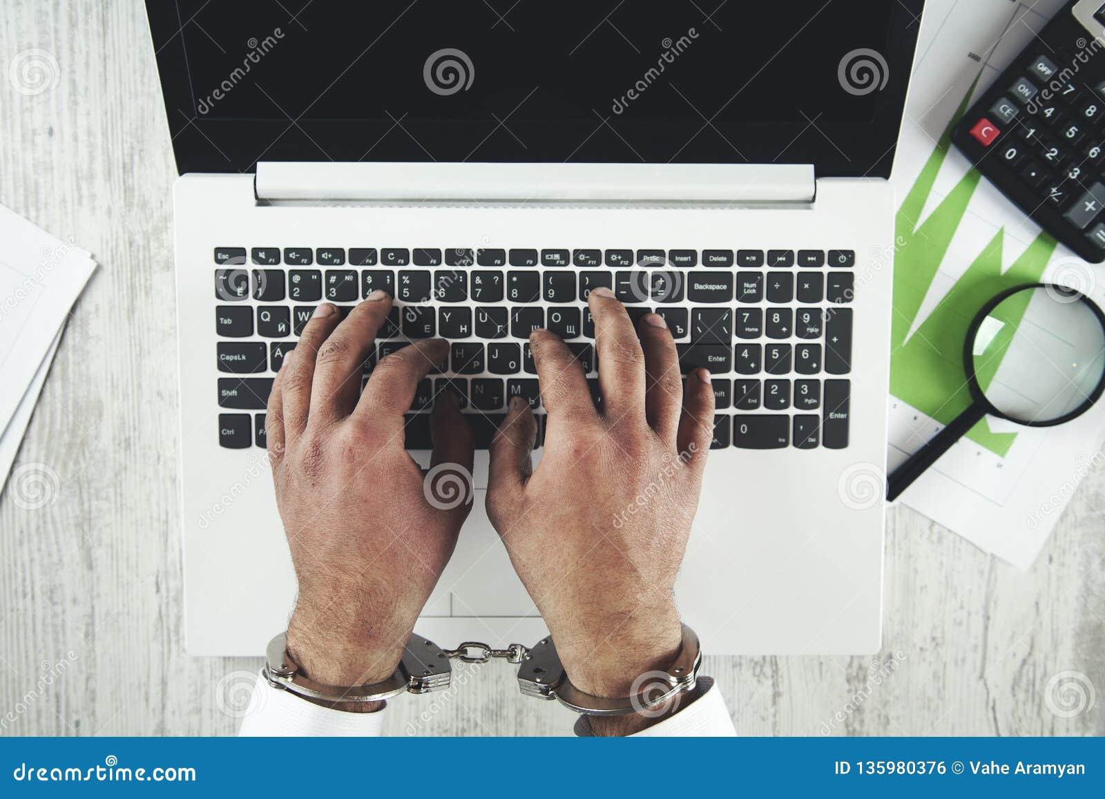 Esposas de la mano en el teclado