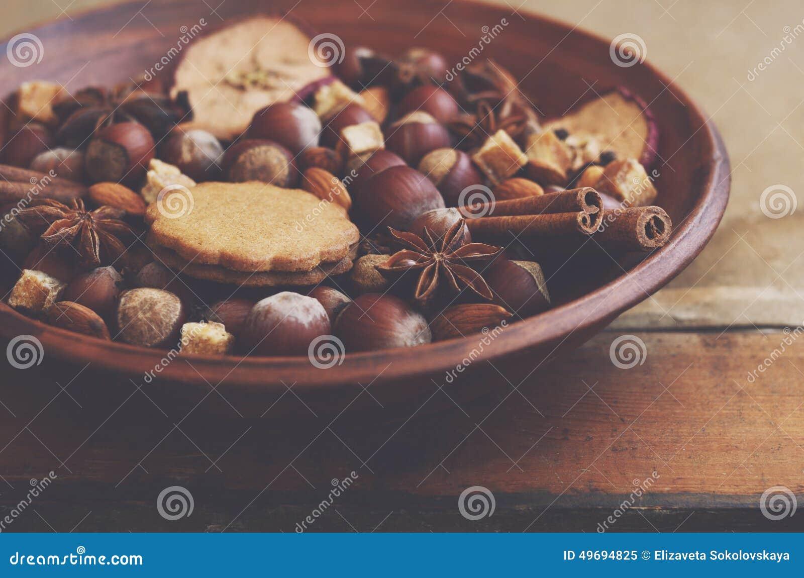 Esposizione dell argilla con i biscotti, le spezie, i dadi e lo zucchero del pan di zenzero