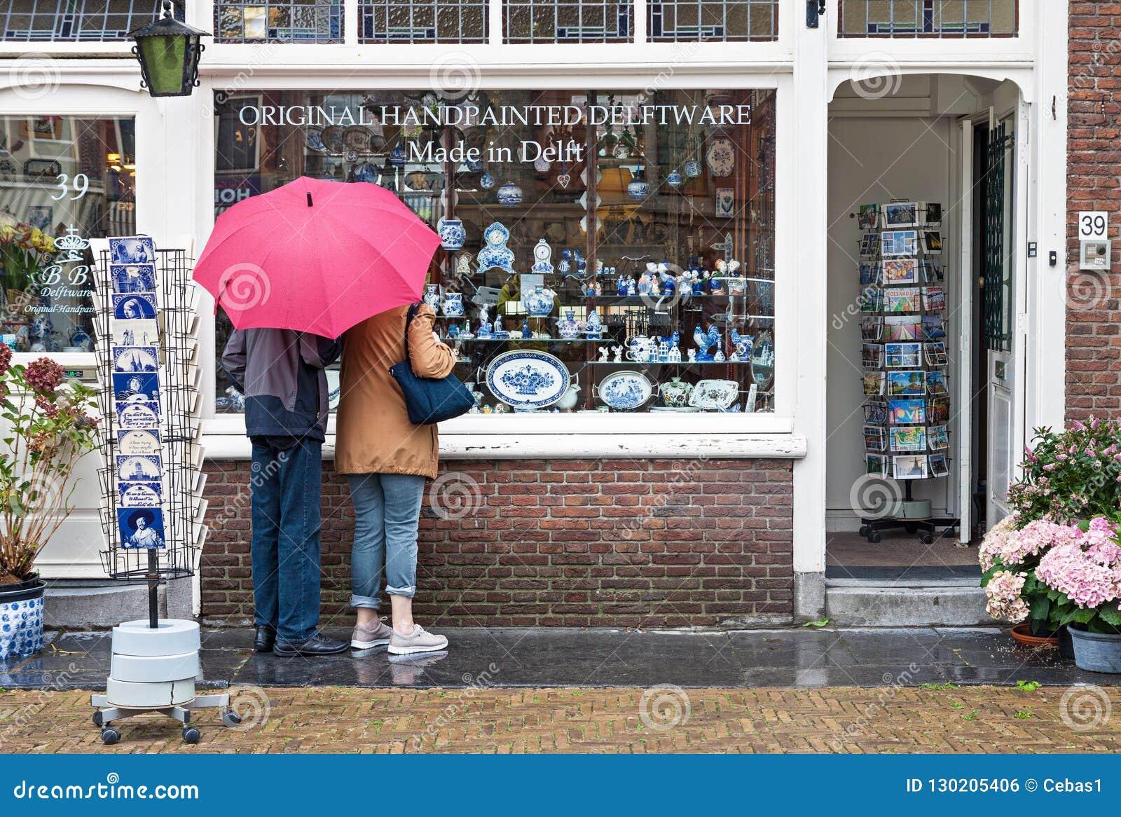 Esposizione della finestra del negozio dipinto a mano olandese tradizionale delle terraglie dentro