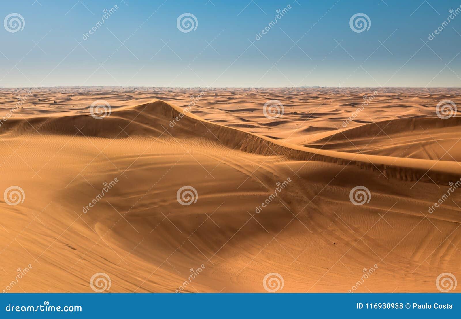 Esposizione di tramonto del deserto vicino al Dubai, Emirati Arabi Uniti