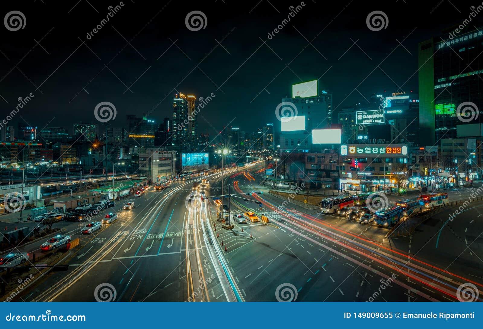 Esposizione lunga delle vie di Seoul con le automobili