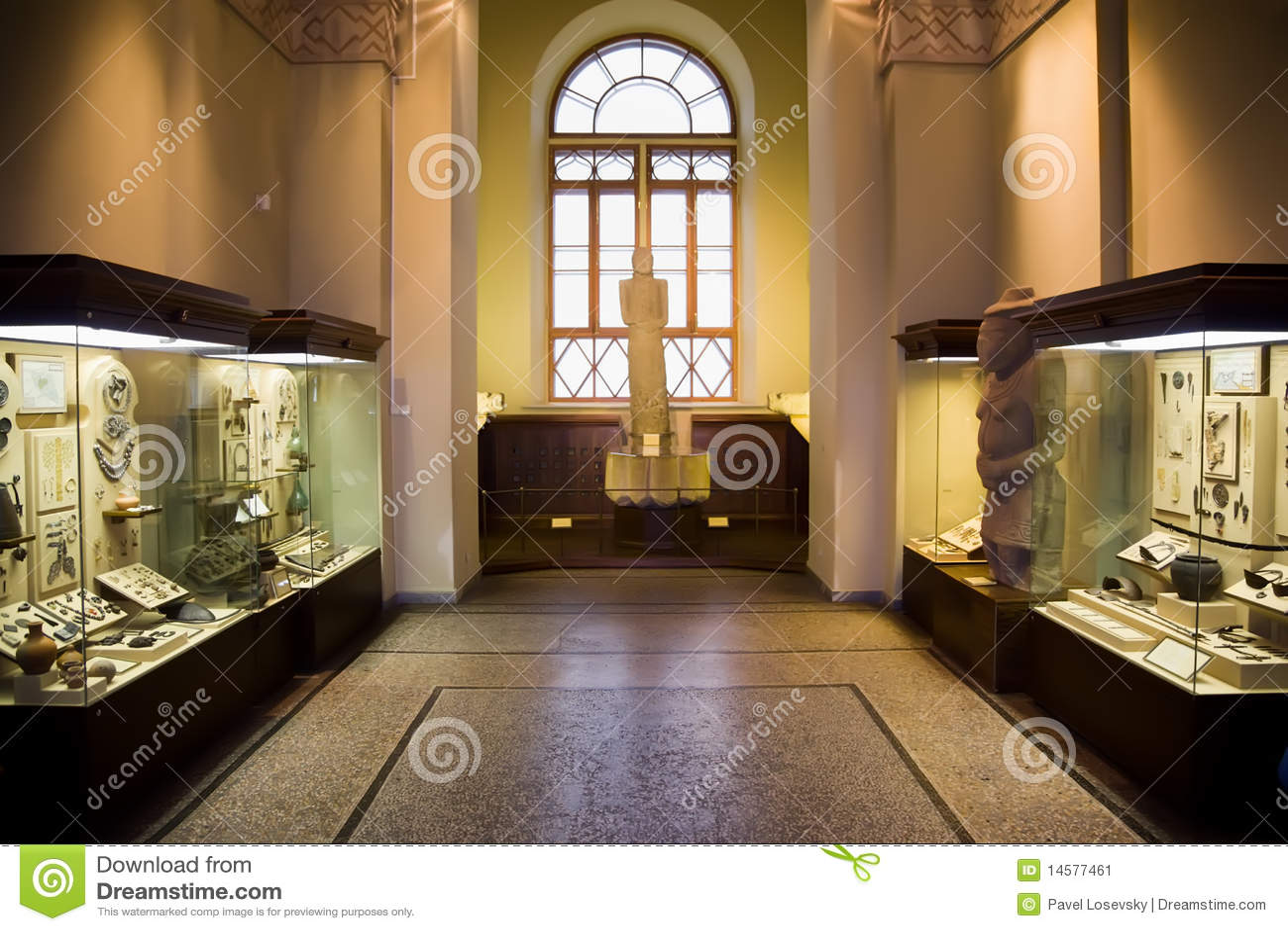 Esposizioni del museo delle reliquie antiche nei casi di vetro