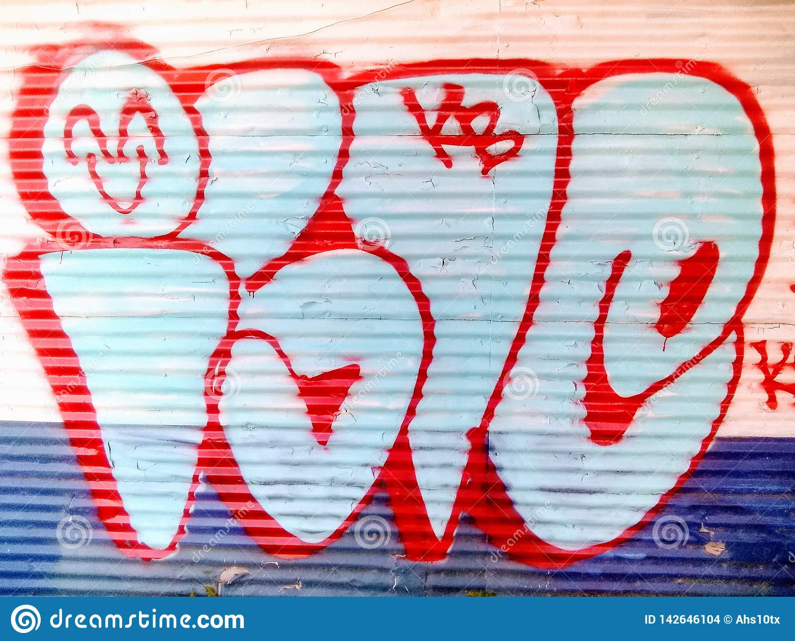 Espray colorido de la pintada pintado en una pared del metal