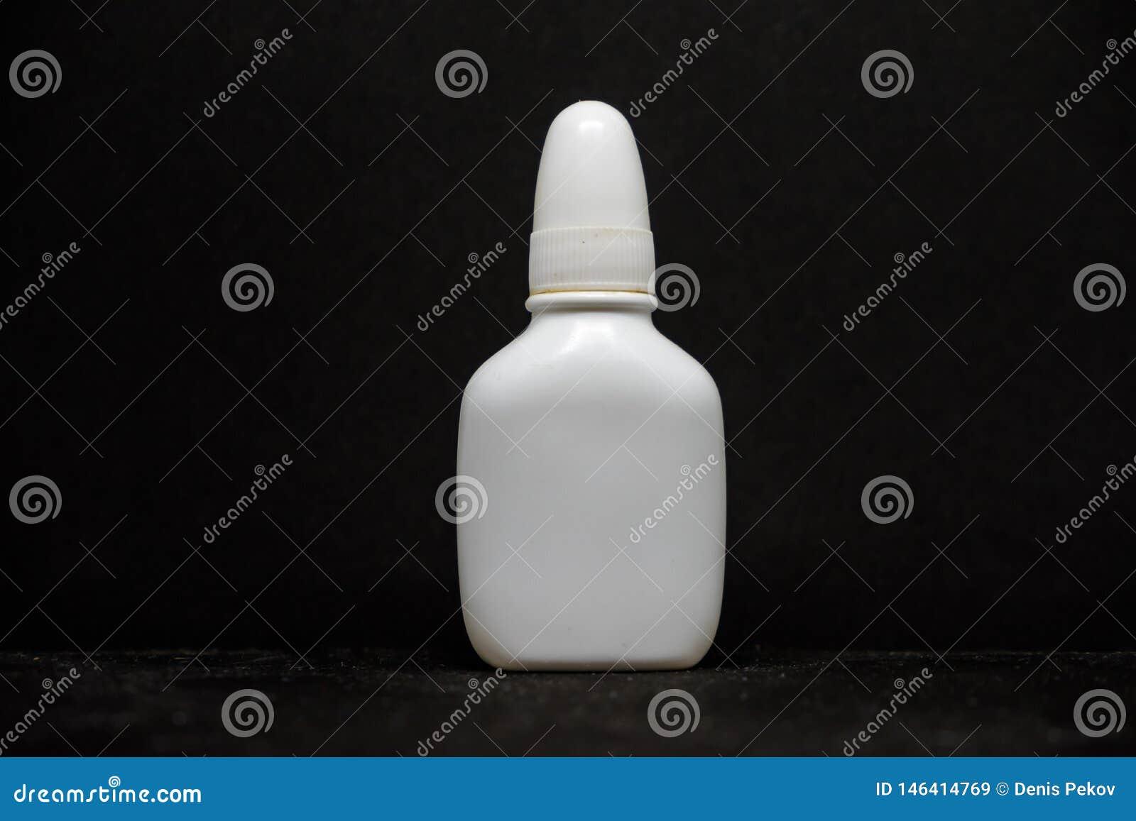 Espray para las drogas en fondo negro