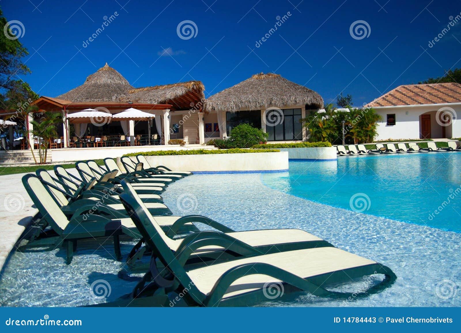 Espregui adeiras na piscina luxuosa fotos de stock - Fotos de piscina ...