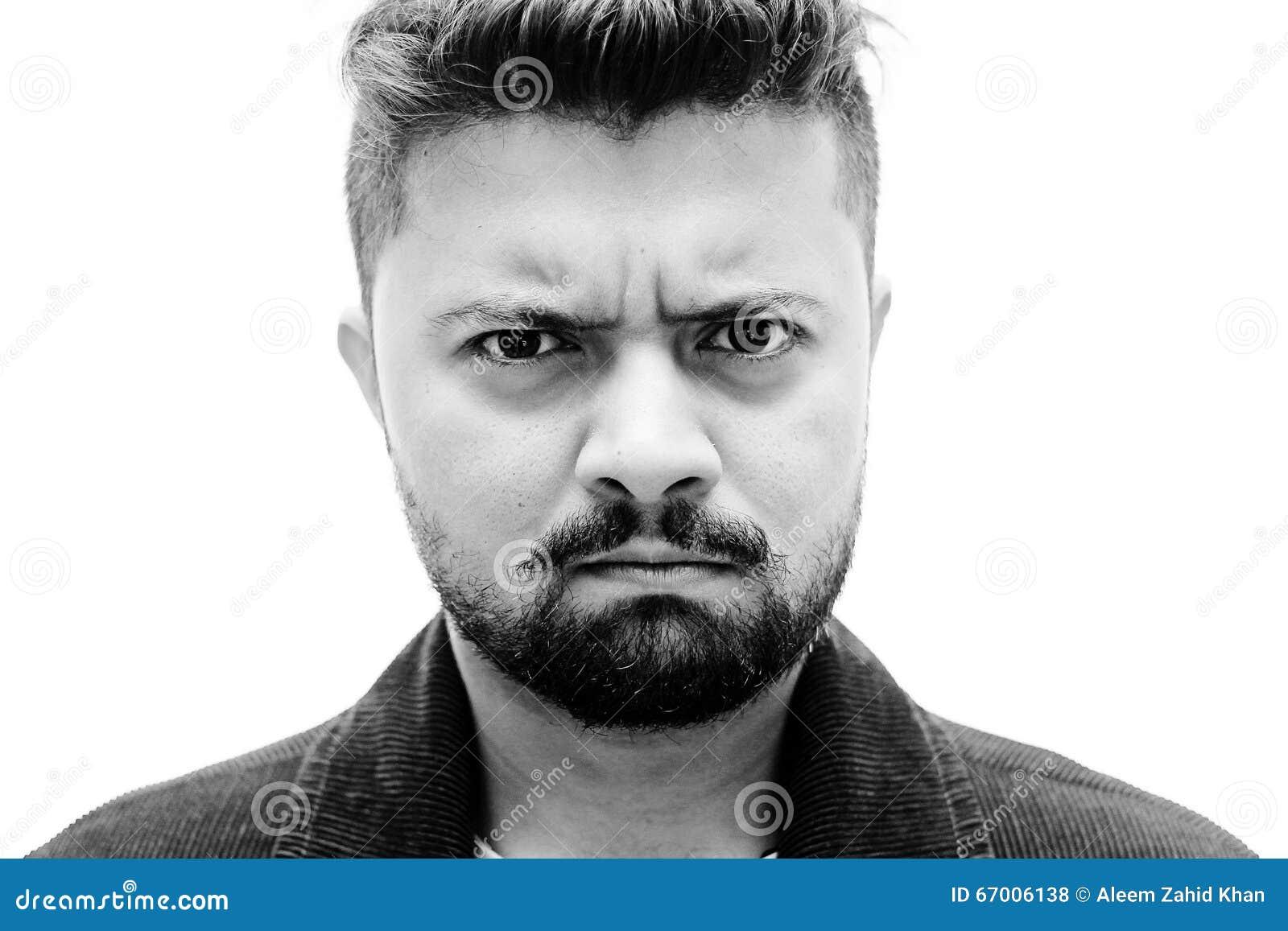 Espressione arrabbiata del fronte dell uomo del ritratto dello studio del primo piano su bianco