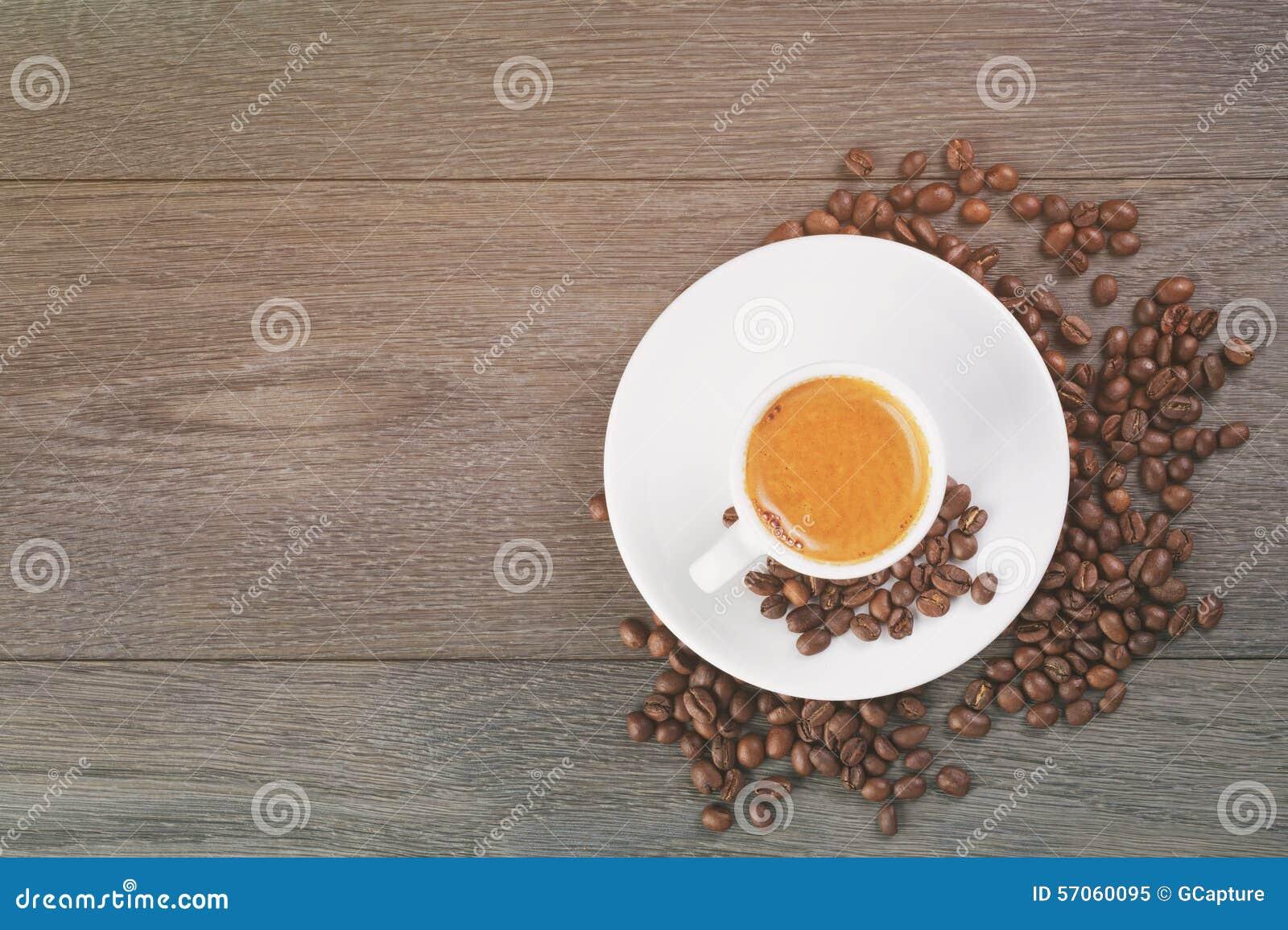 Espresso met koffie hierboven bonen op eiken lijst van