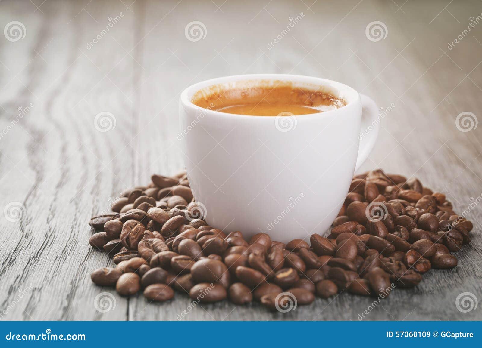 Espresso met koffiebonen op eiken lijst