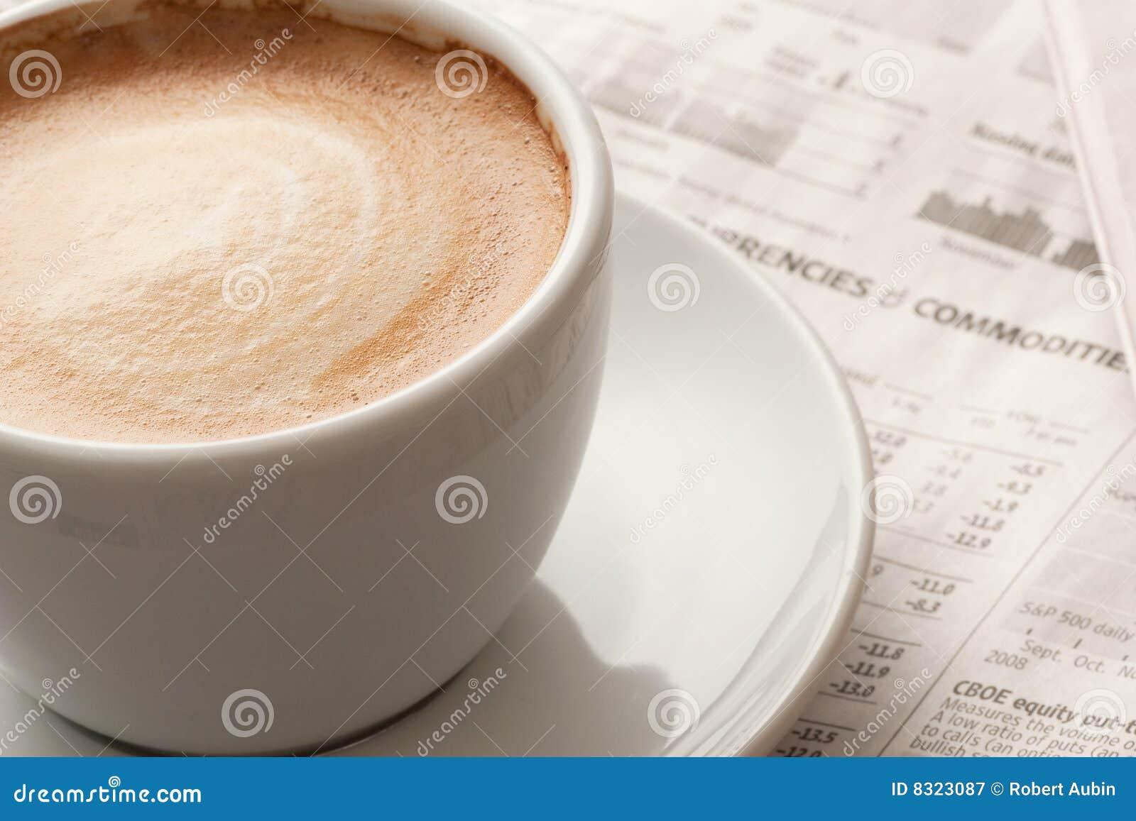 Espresso und Nachrichtenpapier