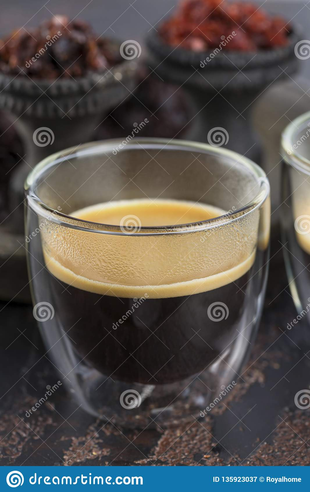 Espressokaffe i små exponeringsglaskoppar på bakgrunden av keramiska koppar för att röka vattenpipan som fylls med olika typer av