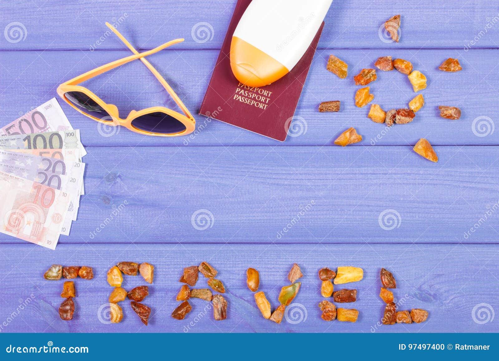 Esprima il viaggio con forma del sole, gli occhiali da sole, la lozione del sole, passaporto con le valute euro
