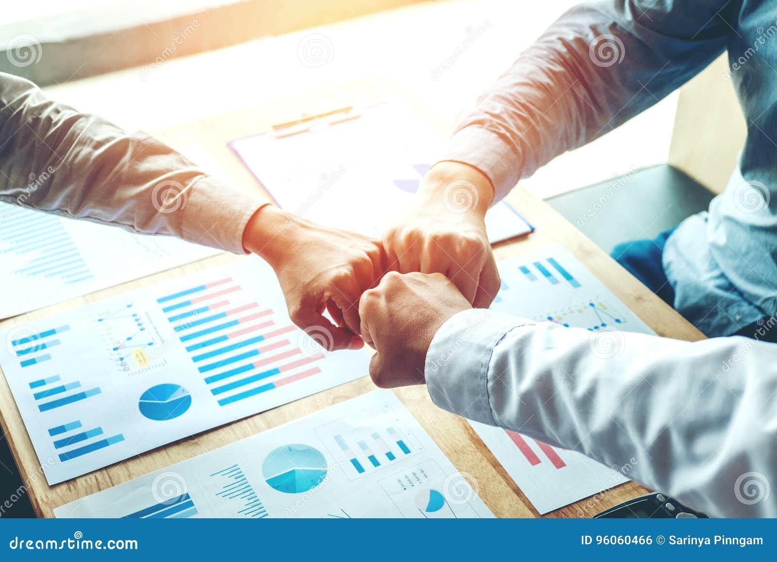 Esprit d équipe de jointure de mains de travail d équipe d affaires