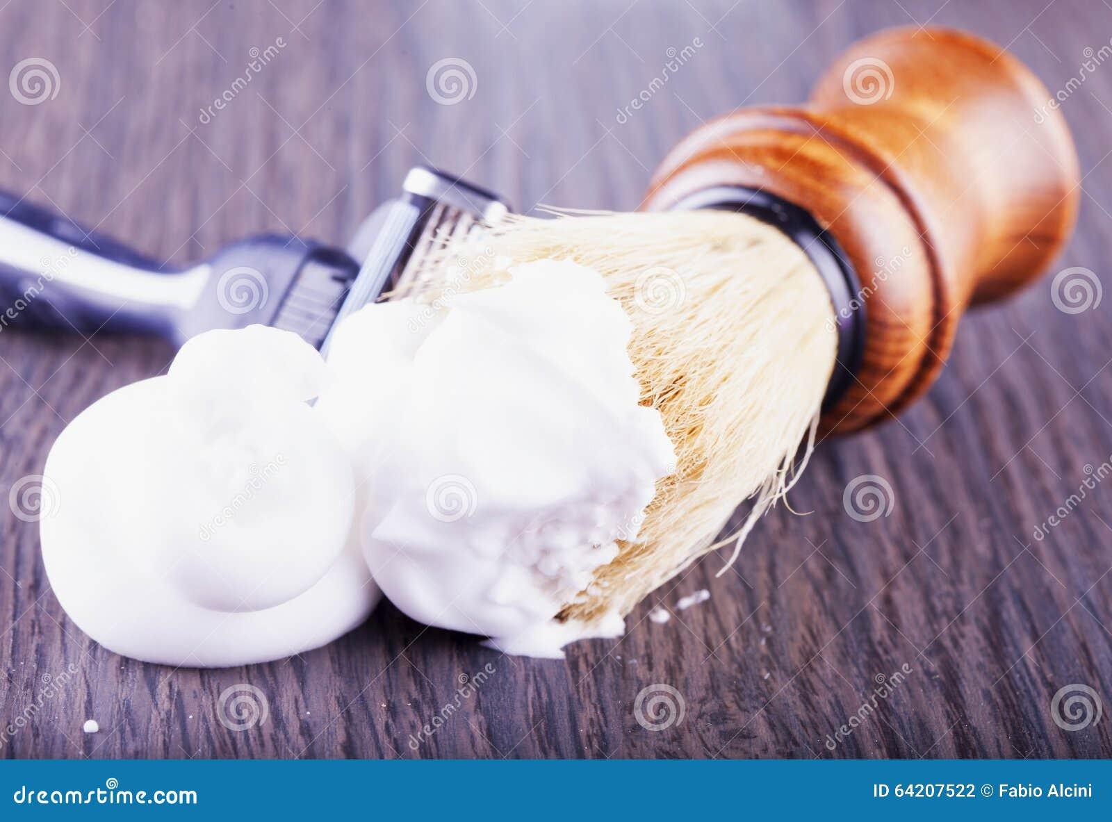 Espuma, cepillo y maquinilla de afeitar