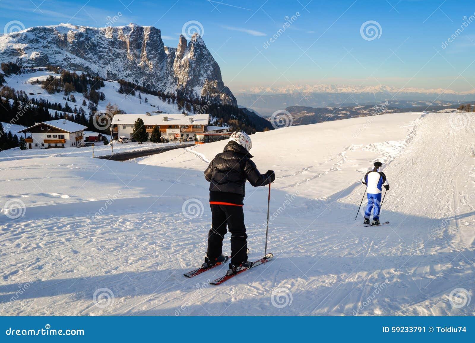 Download Esquí Del Padre Y Del Hijo En Las Cuestas Nevosas De Las Montañas Foto editorial - Imagen de gente, ocio: 59233791