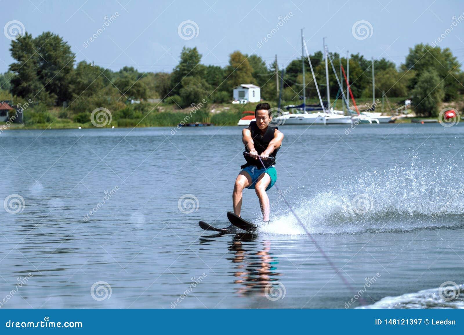 Esquíes acuáticos que montan del hombre