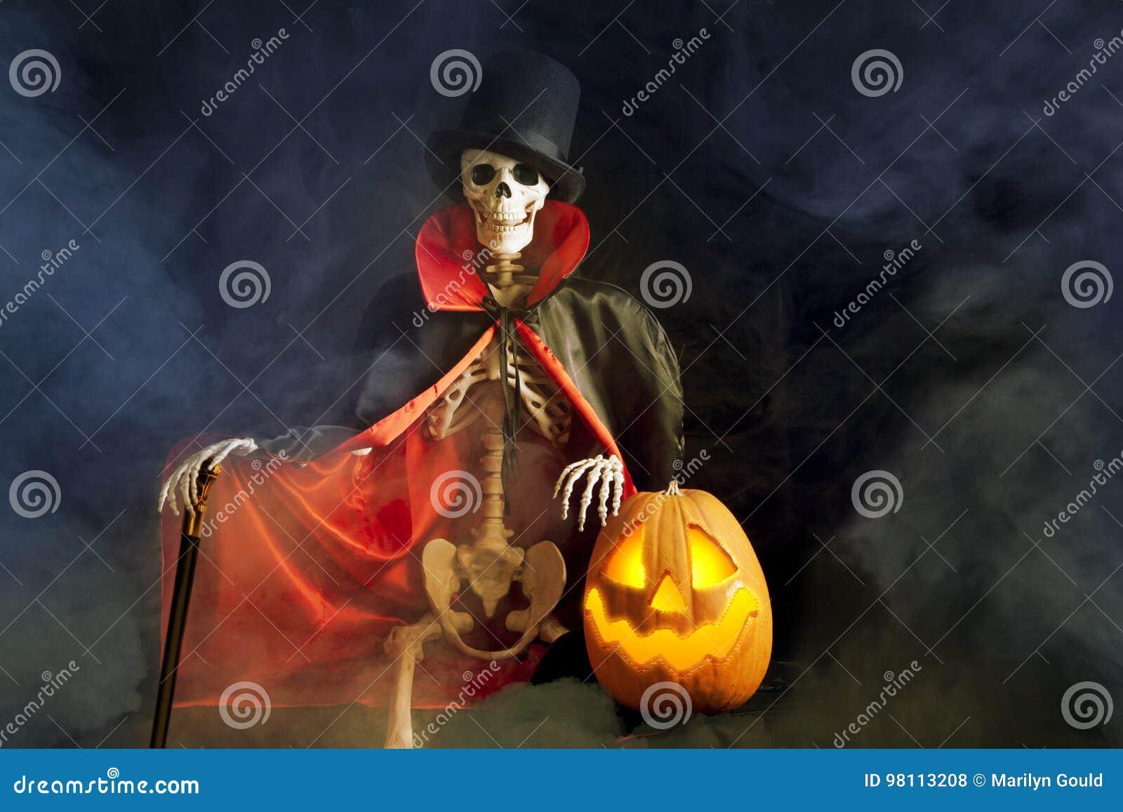 Esqueleto y Jack-O-linterna de Halloween