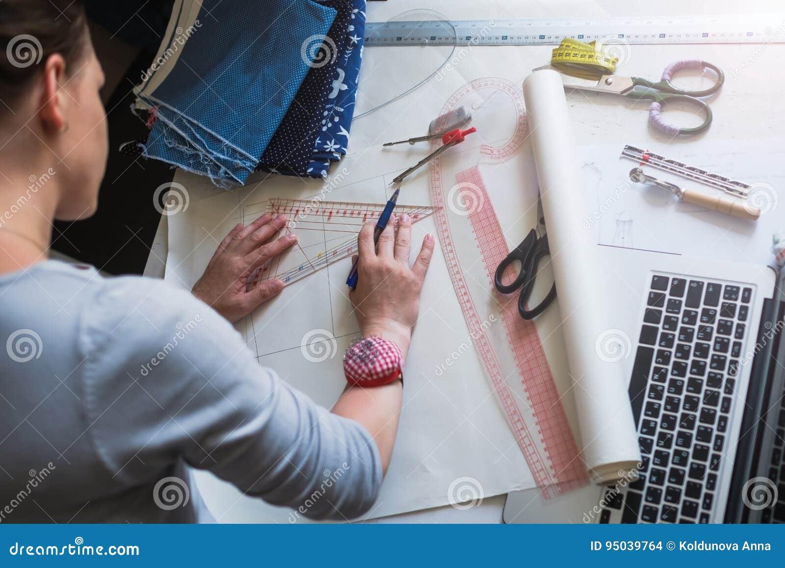Esquema da tração do desenhador de moda para a roupa