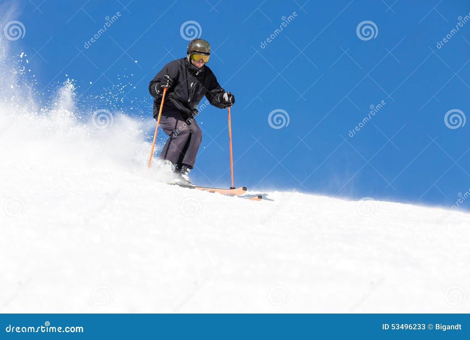 Esqui do esquiador na inclinação do esqui