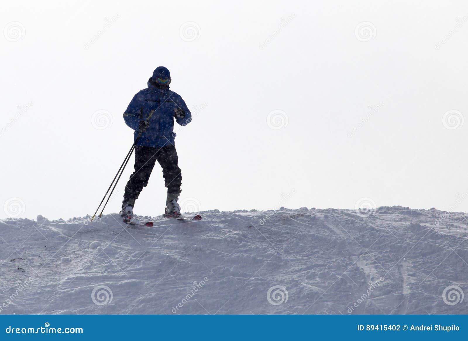 Esqui do esquiador na neve
