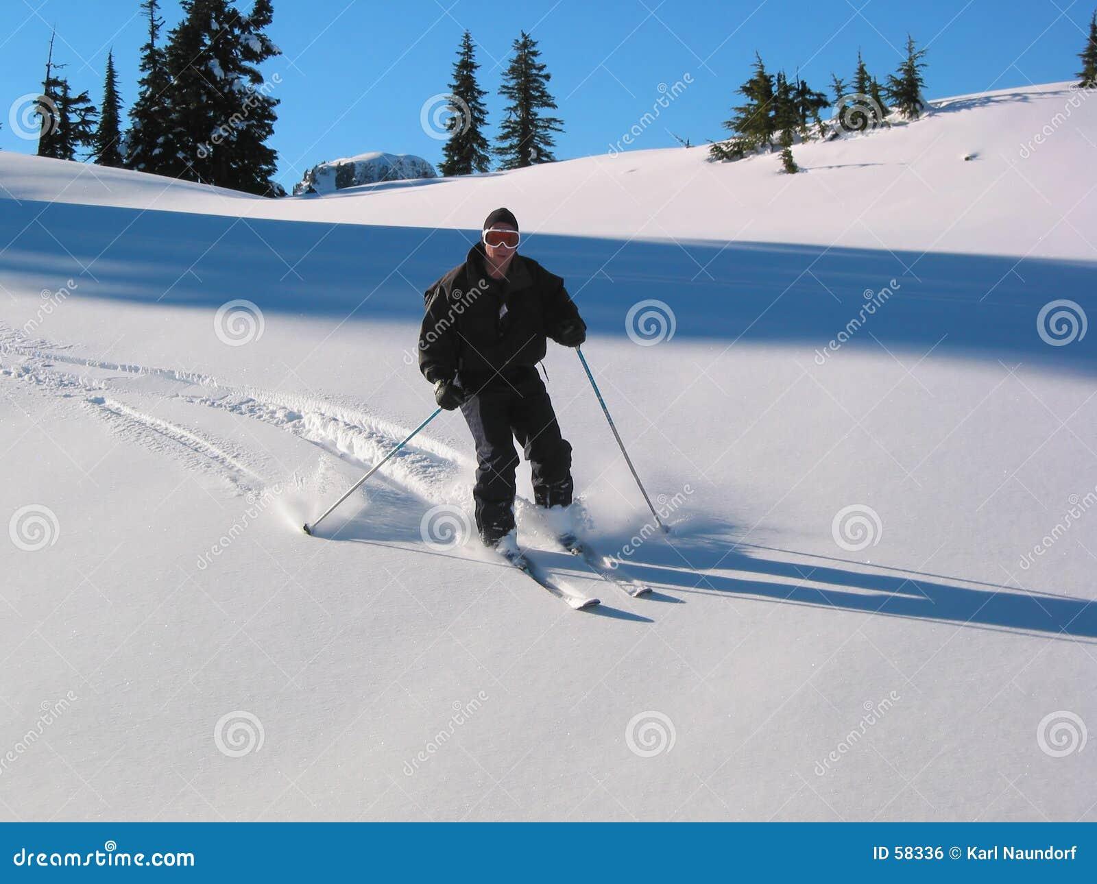 Esquiador em declive