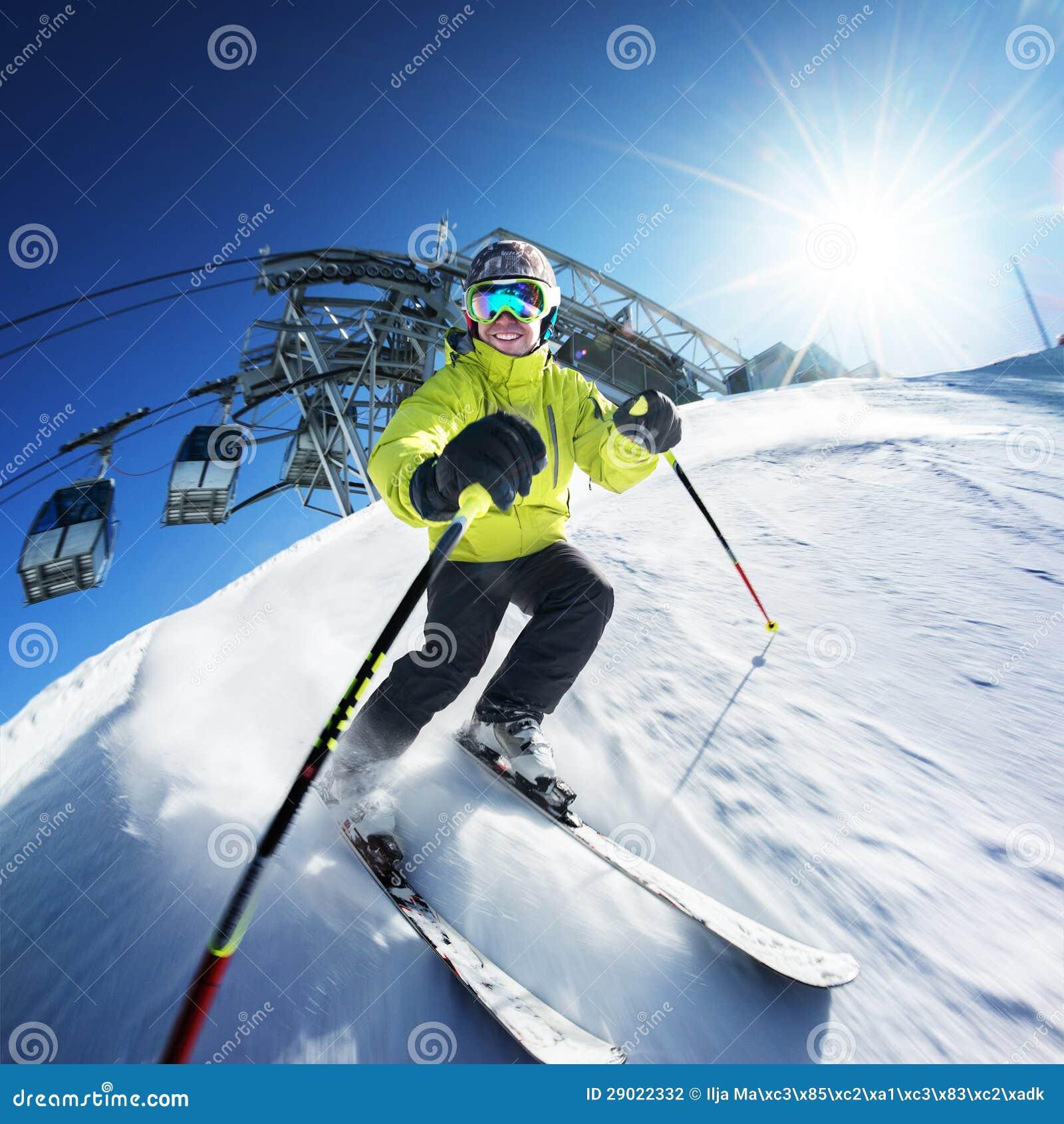 Esquiador en piste en altas montañas
