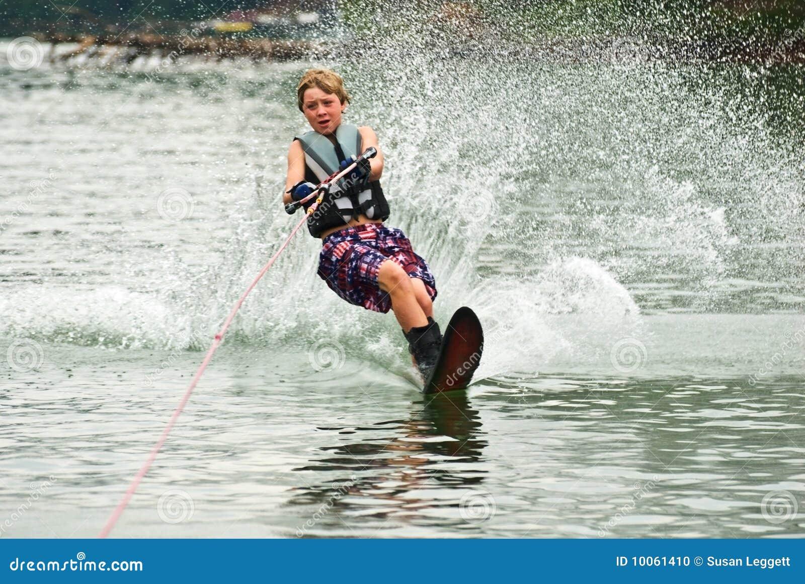 Esquiador/estaca do slalom do menino