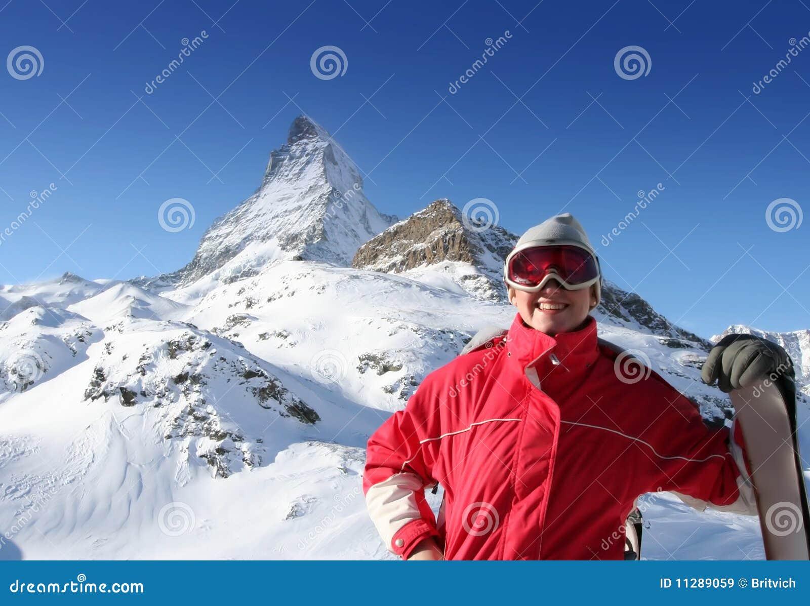 Esquiador feliz sobre alpes